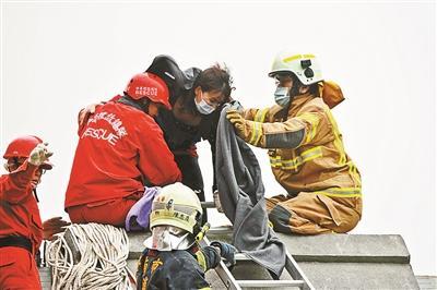 消防队员从废墟里救出受困群众
