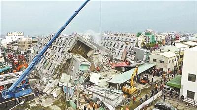 大楼已经倒在地面上断为两截