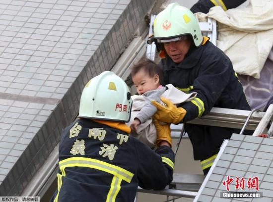 在倒塌的17层维冠金龙大楼废墟中,一名小孩被救出。 视频:台南地震直击:维冠大楼垮塌严重 民众焦急守望 来源:中国新闻网