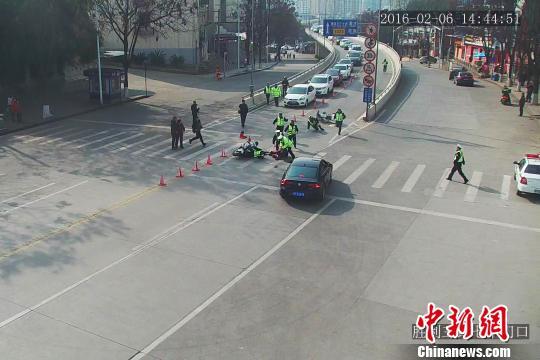 男子骑摩托车遇检查强行冲卡 将交警撞出5米远