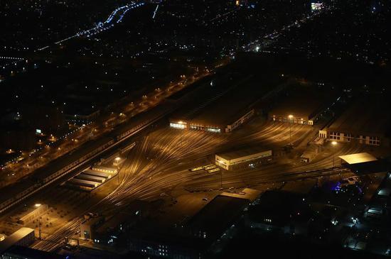 北京警用直升机升空巡逻 航拍马路空无一人