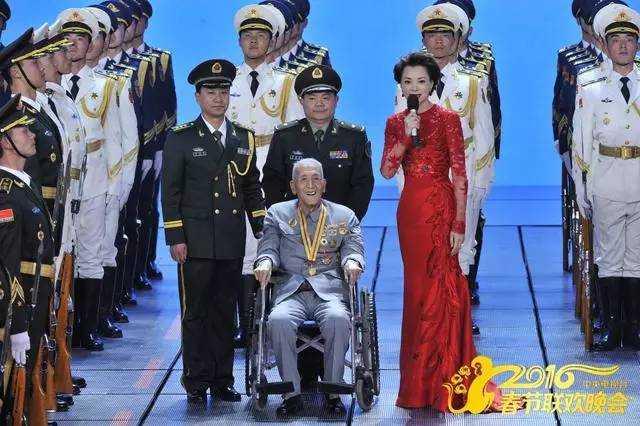 《父子》和《六尺巷》等歌曲,弘扬了传统美德,观众好评集中。一个是血缘亲情铸就的传统孝道,一个是地缘亲情基础上的邻里仁义,都是中国梦主题主线的现实体现。