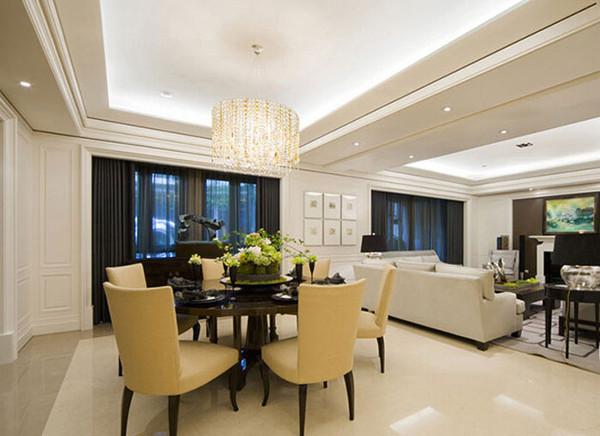 餐厅和客厅布置在一起,并未显得很狭窄,非常适合两居室,吊顶的装修业