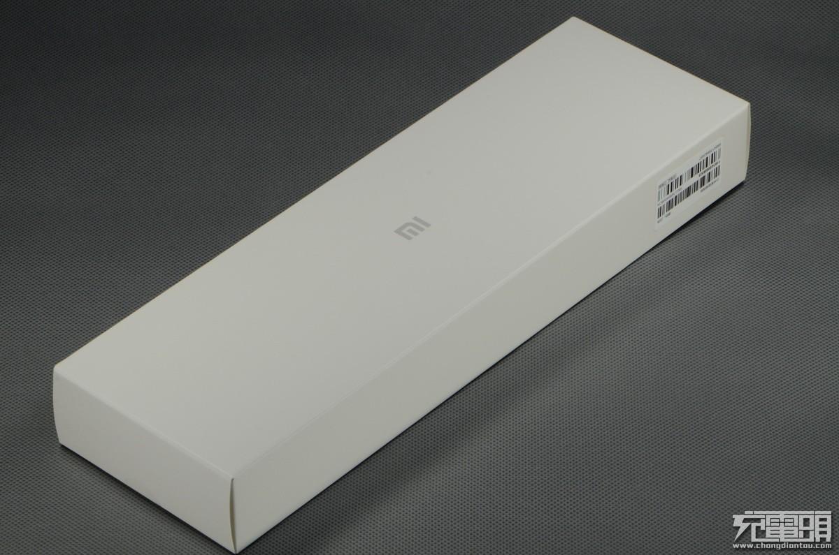 小米传统的白色包装,中间有小米的图片
