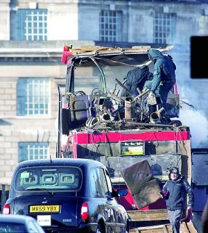 拍完爆炸场景之后的双层巴士二层只剩骨架。