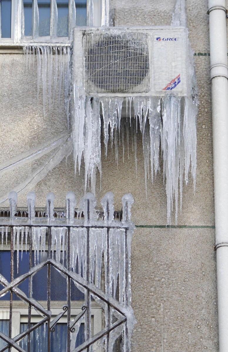 """组图:太阳能热水器漏水 居民楼一夜变""""冰瀑图片"""