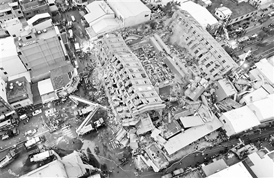 台湾地震中,16层的维冠金龙大楼整体倒塌,目前该楼内仍有上百人失联供图/视觉中国