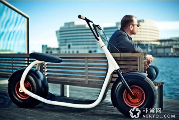 从外观来看,Scrooser电动滑板车采用了复古加时尚的完美融合设计,拥有多种配色可供选择,车身前后配有两个宽大的轮胎,再加上高把手设计,给人一种迷你型哈雷摩托车的赶脚。此外,Scrooser的宽大轮胎在提高安全性的同时,又十分霸气和拉风,是现代年轻人外出的最佳代步工具。
