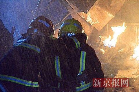 北京一蔬菜大棚起火 消防员火场抱出喷火煤气罐