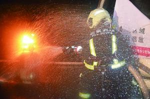 消防员火中抢出两个煤气罐 迅速转移至空旷地带