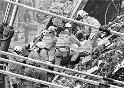 搜救人员在现场搜救出一具遇难者遗体 供图/东方IC