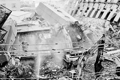 重型机械在大楼倒塌现场全力推进 供图/新华