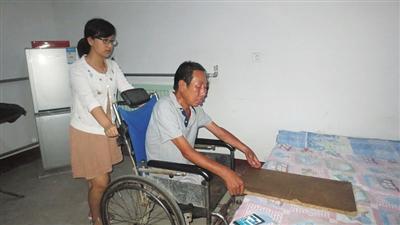 女子十五年坚持照顾伤残养父 亲生父母出现仍不弃