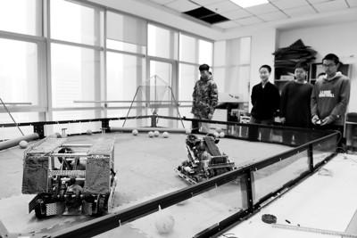12月23日,合肥八中VEX社团的同学在调试机器人。