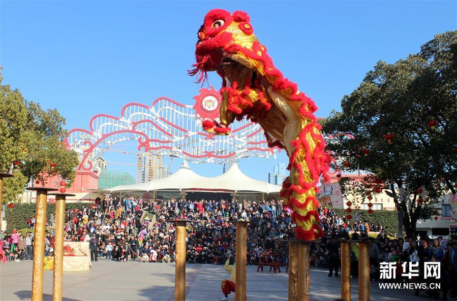"""2月10日,在山东青岛藏马山度假区,民间艺人在表演杂技""""顶缸""""."""