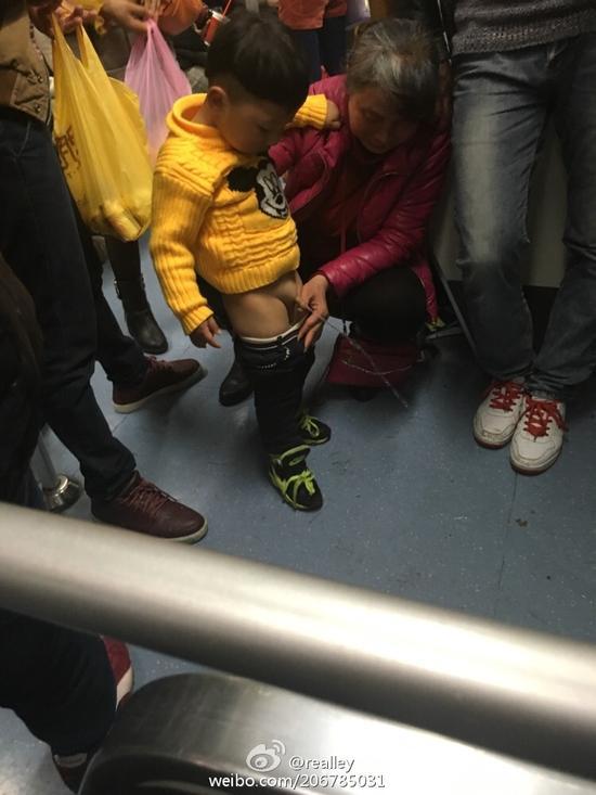 大妈被曝在地铁车厢里让孩子尿尿(图)