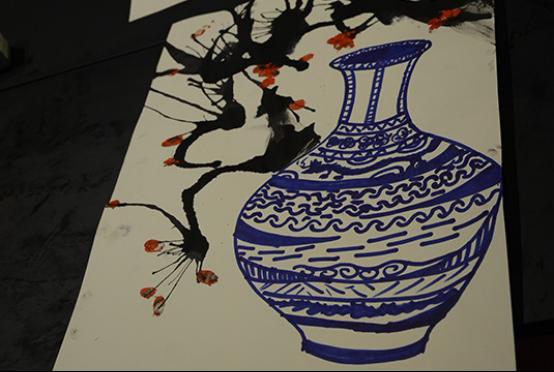 """今天绘画的主题是""""梅花与青花瓷"""",宝贝们用蓝色马克笔勾勒出中国传统"""