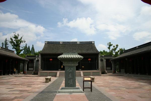 为探索党风廉政宣传教育的新途径,浙江宁波依托慈城千年古县衙,挖掘慈城古县衙的传统廉政文化资源,于2005年12月建成廉政主题文化园,起名为清风园。