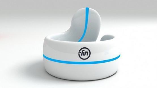 Neyya的是一款智能戒指,它除了能够用来显示通知外,还可以进行手势的控制与NFC支付等功能。Neyya所采用的材质是不锈钢的材质,Neyya还提供了两种版本,分别为钛和镀金。用户在使用的时候可以通过点击或者是在黑色的电容表面上操作,进而实现控制。无论是播放音乐,亦或是远程对文档的演示控制,它都没有问题。此外,两种版本与iOS系统配合的时候,还可以远程控制GoPro运动相机。