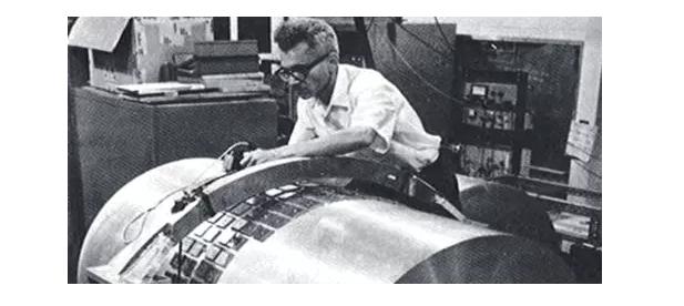 韦伯和他描绘的共振棒勘探器。引力波驱动铝棒两头振动,然后揉捏外表的晶片,发生可测的电压。图像来自:马里兰大学。