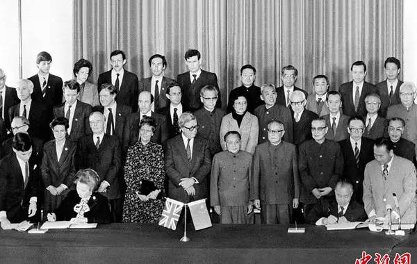 """改革开放之初,内地摸不着门,外资犹豫观望。是香港同胞率先到内地投资建厂,创造了许多个""""第一"""":1978年第一家由境外人士开办的工厂―珠海香洲毛纺厂;1980年第一家中外合资企业―北京航空食品有限公司;1983年第一家五星级酒店―白天鹅酒店……无数个第一,带动了世界各地的企业家纷至沓来,撬动了内地崛起。深圳被选为""""改革开放试验场"""",也是因为其毗邻香港,可借香港的资金、技术、人才和管理经验。"""
