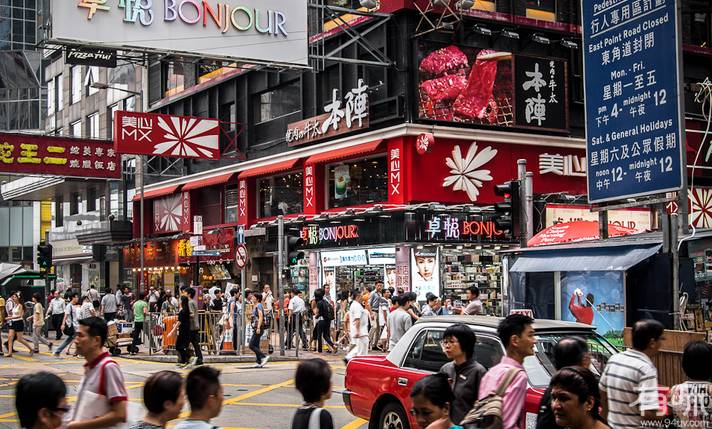 内地企业已成为香港金融业的最大生力军:据中国证监会数据,截至2013年底在港上市的内地公司有182家,共筹资两千亿美元;内地企业市值占港股总市值约57%,成交金额占总交易额约70%。2013上半年香港联交所共有21宗交易,其中内地企业15家,融资额347亿港元,占港上半年总融资额的87.9%。