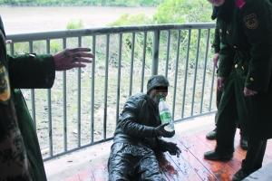 偷渡客潜伏深圳河6小时 被捕时全身都是泥(图)