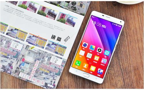 动作迅速的国产手机厂商自然不会甘心放弃大屏手机市场,一段时间前发布上市的OPPOR7Plus便是一个例子。OPPOR7Plus配备了一块6英寸的全高清AMOLED大屏以及4100毫安时大电池,上市之时便取得了不错的销售成绩;金立稍后发布的M5Plus同样也配备了一块6英寸的全高清AMOLED大屏,电池容量更是高达5020毫安时。那么这两个同样是大屏配大电池的手机究竟哪个更好呢?比过便知。