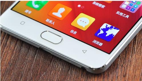 指纹识别模块是目前高配置手机上不可或缺的,但是金立M5Plus和OPPOR7Plus对于指纹识别模块的设计却也大相径庭。OPPOR7Plus和其他许多国产手机一样将按压式的指纹识别模块放置于机身背部相机模块下方,如此设计虽然能够为厂商降低设计难度,但是若需要使用指纹识别则必须将手机拿起。握持的姿势也决定了用户几乎只能够使用左右手食指来进行操控,当手机正面朝上平放于桌面时显得非常不方便。