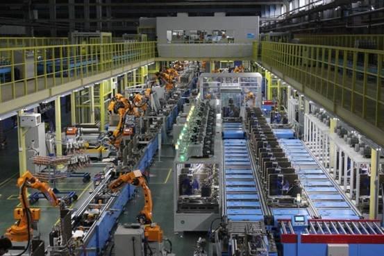 近日,美的空调广州南沙智工业园全智能工厂首次对外开放,是中国乃至世界的首家空调制造全智能工厂。据悉,该智能化工厂拥有两条智能生产线、近200名机器人,能够时时监控客户订单生产配送全过程,大幅提高生产的自动化率,提升品质。