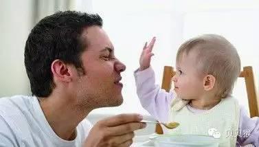 对应方法:打骂、关禁闭的方式不可取的原因。应尽量避免让宝宝抚摸、拍打家人面部;在教宝宝认识身体部位时,让宝宝指自己的身体部位。这样可以减少宝宝在与他人靠近时,不知轻重的身体接触行为。