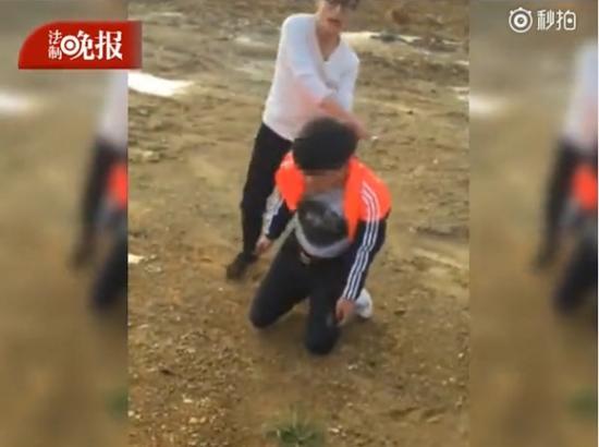 男子被逼下跪遭多人围殴 连连道歉(图)
