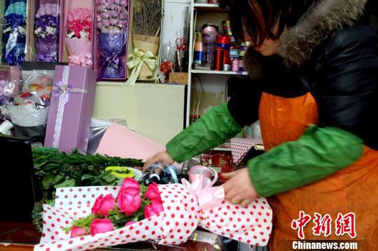 花店员工正忙着包装玫瑰花花盒. 崔佳明 摄