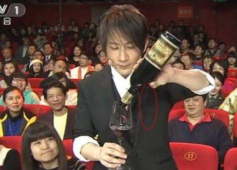 刘谦变酒瓶魔术时漏酒穿帮刘谦2013春晚上的魔术表演是当晚的一个高潮,神奇的表演再次让观众叹为观止。但是和以前一样,魔术表演后不久,就有好事网友揭秘刘谦的魔术,并截下了刘谦穿帮的镜头。在正常情况下,玻璃杯穿酒瓶是不可能的<b