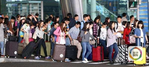 """法新社认为,中国的春节出现""""春运潮""""和""""旅游潮""""两大趋势,体现了不同的观点。"""