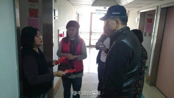"""网友们的争议却没有因而停息。许多台湾网友以为男子因而事提告是冷视了本人的义务,""""在苦难现场所照,就算是献爱心也要大打扣头,有人会去殡仪馆前合照吗?"""""""