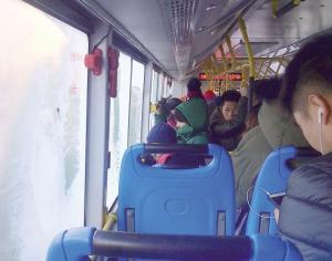 近日,沈城多条公交线路更换了新式的空调车,车内开有暖风。
