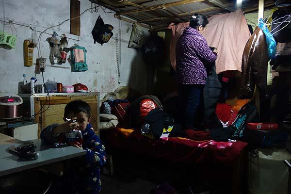 湖南一村庄村民打工集体 房子久无人住成空村