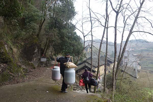 1月30日中午,麻阳郭公坪乡和礼村,挑担子回家的薛开云夫妇。