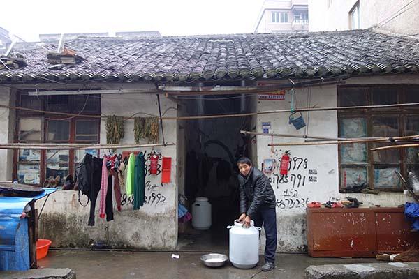 吕岙村,这栋平房住了五户人家,薛开云租住了其中两间。