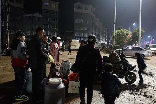 1月29日晚上,刚下车的薛开云祖孙四人,犹豫着晚上去哪儿歇。