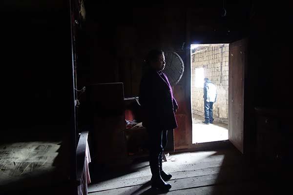 麻阳郭公坪和礼村,黄前爱站在空荡荡的家中。