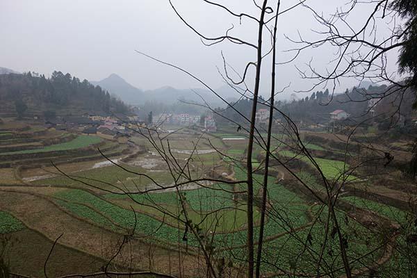 郭公坪乡和礼村,土屋的右侧是一排楼房。