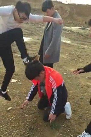 受害男生头部遭猛踹。视频截图