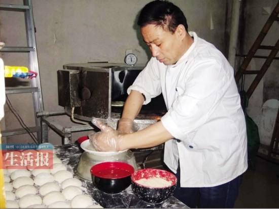 赵师傅在制作烧饼