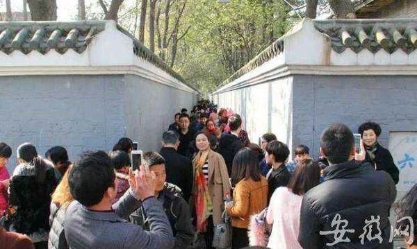 歌曲《六尺巷》登陆央视春晚后,桐城六尺巷被前来探访的游客围个水泄不通。