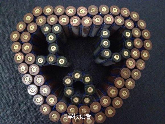 """兵哥哥过情人节:弹壳摆出""""心""""(图)"""