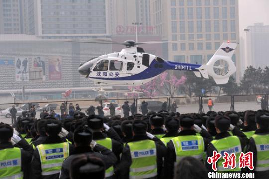 图为沈阳首架租用的欧直EC-135型7座双发中型警用直升机首航。