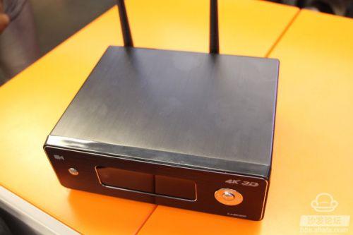 四四方方的开博尔Q9次世代配置了双天线,在机身的侧面扩充了两个USB