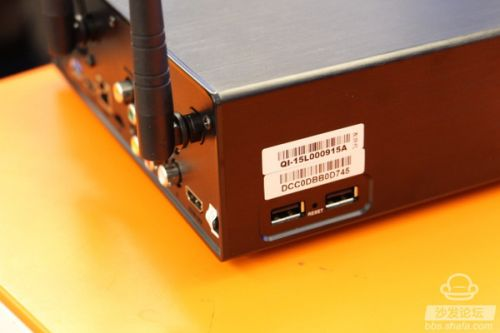 在机身的另一侧则是4K蓝光播放器开博尔Q9次世代的主打功能 - 硬盘播放的插槽了,打开卡扣即可抽出硬盘盒,支持通用的3.5英寸硬盘,从内部能够看到风扇出口,而在实际的使用过程中发现开博尔Q9次世代的整体散热效果十分出色,而且风扇的噪音微乎其微,不会影响到用户的正常观看。